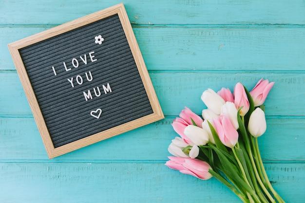 私はあなたを愛してチューリップ花束と母の碑文 無料写真