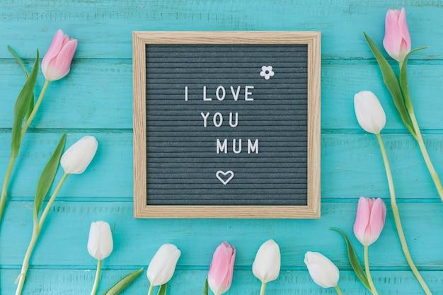 私はあなたを愛してピンクのチューリップと母の碑文 無料写真