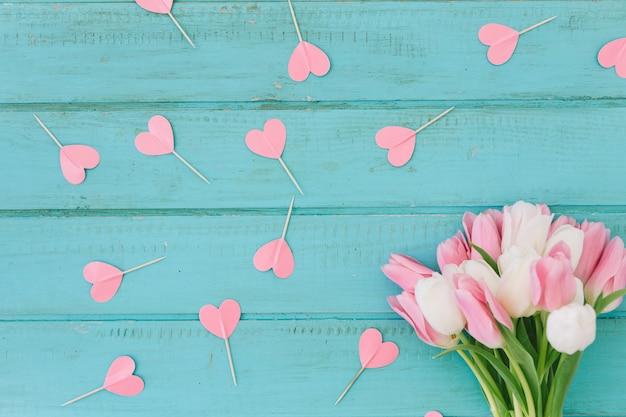紙の心とチューリップの花 無料写真