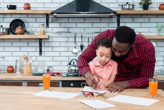 黒の父と息子のテーブルで描く 無料写真