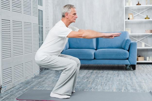 年配の男性が自宅で運動 無料写真