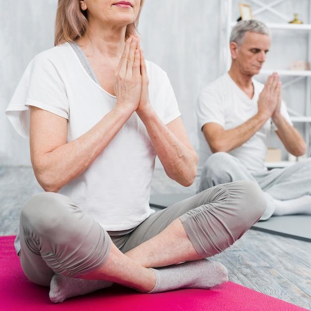 老夫婦の手を祈って家で瞑想 無料写真