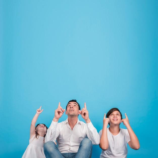 幸せな家族との父親の日コンセプト 無料写真