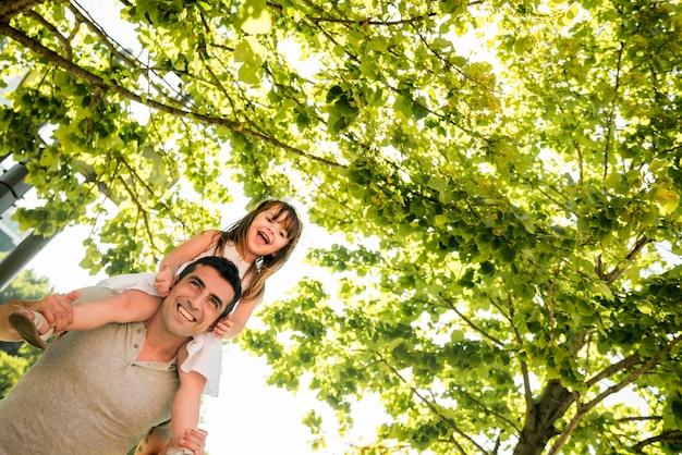 День отца концепция с семьей на открытом воздухе Бесплатные Фотографии