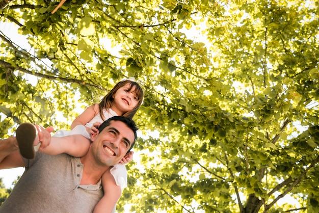 屋外の家族と父親の日コンセプト 無料写真