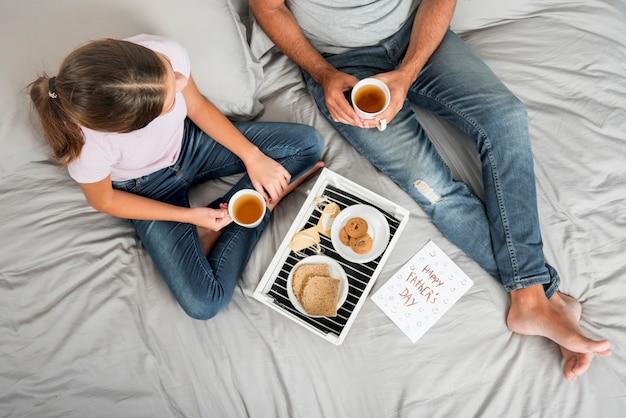 父と娘が一緒に朝食を楽しんで 無料写真