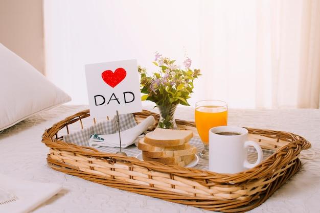 父の日の朝食用オブジェクトの構成 無料写真