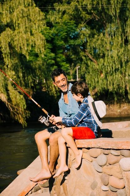Отец и сын вместе на открытом воздухе Бесплатные Фотографии