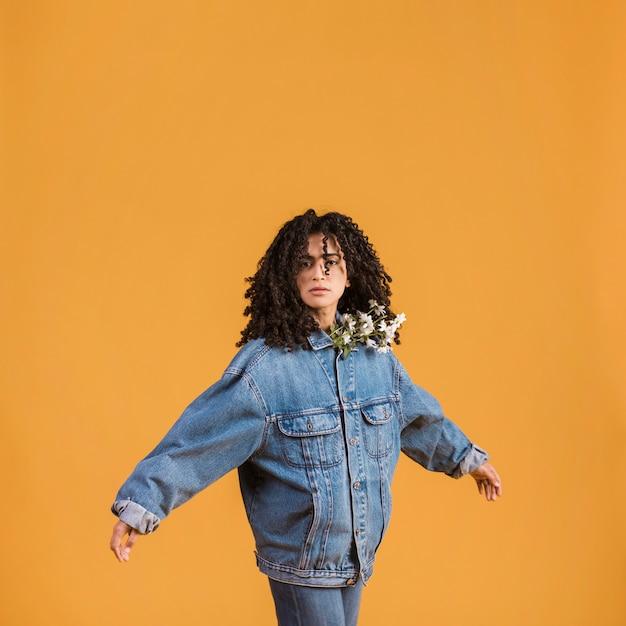 Женщина с цветами под куртку, разводя руками Бесплатные Фотографии
