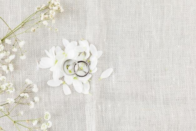 Обручальные кольца с украшениями Бесплатные Фотографии