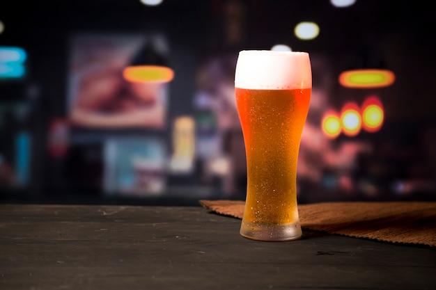 背景をぼかした写真のビールグラス 無料写真