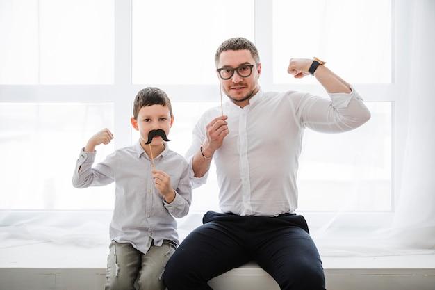 Отец и сын играют вместе в день отцов Бесплатные Фотографии