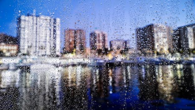 都市の背景に水滴 無料写真