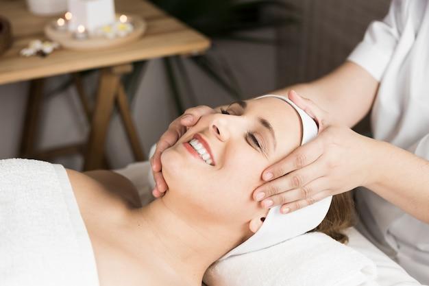 Женщина получает массаж в спа-центре Бесплатные Фотографии