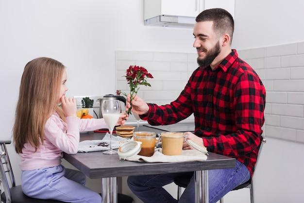 Отец и дочь завтракают в день отца Бесплатные Фотографии