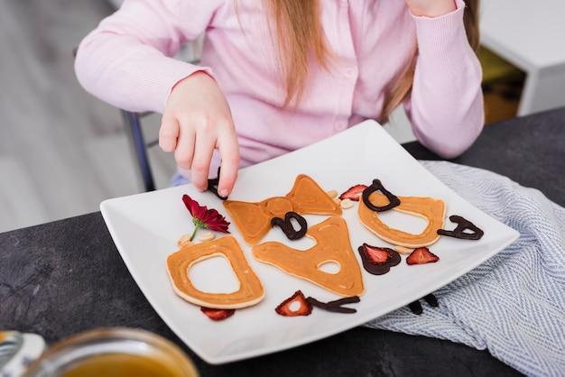 父の日に朝食を準備する少女 無料写真