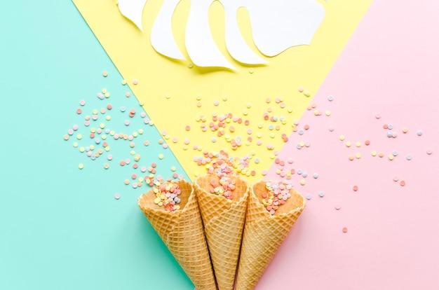 Вафельные рожки с сахарной крошкой и пальмовым листом Бесплатные Фотографии