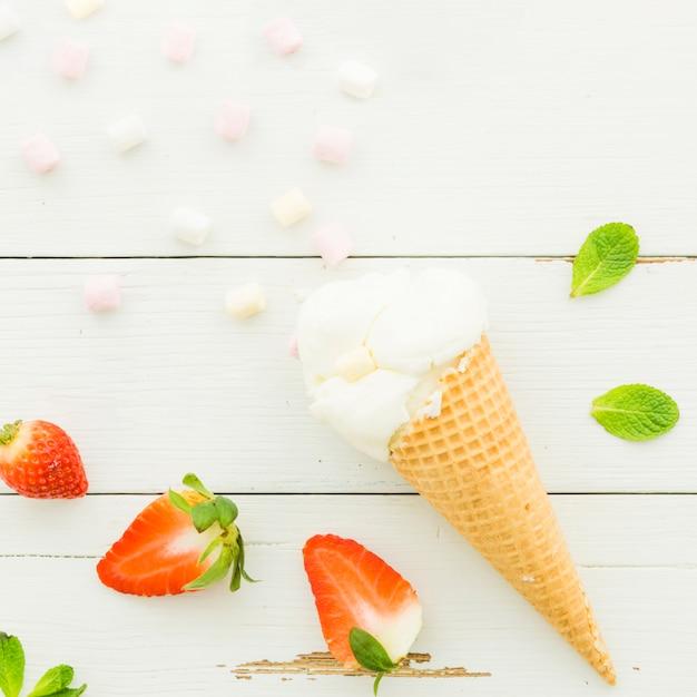 Мороженое в вафельном рожке с клубникой Бесплатные Фотографии
