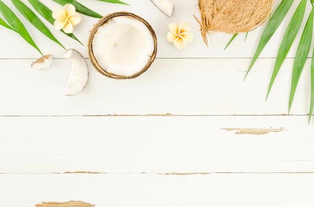 テーブルの上のココナッツと緑のヤシの葉 無料写真