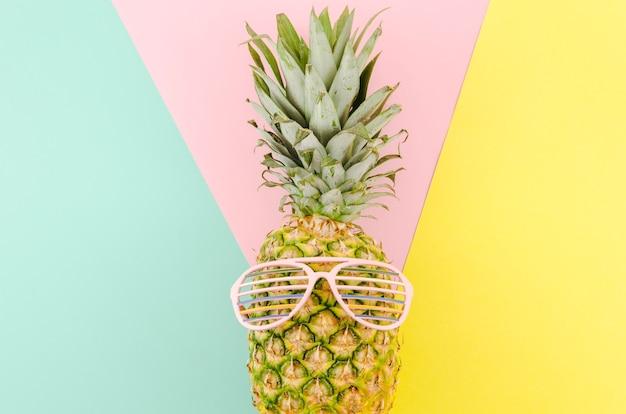Ананас с очками на столе Бесплатные Фотографии