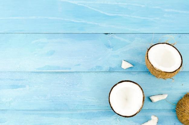 木製のテーブルにひびの入ったココナッツ 無料写真