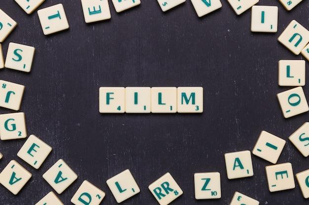 スクラブル文字で配置された映画の単語 無料写真