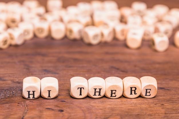 Привет там концепция с кубиками формы над деревянным столом Бесплатные Фотографии