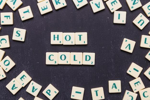 Высокий угол обзора горячей и холодной концепции на черном фоне Бесплатные Фотографии