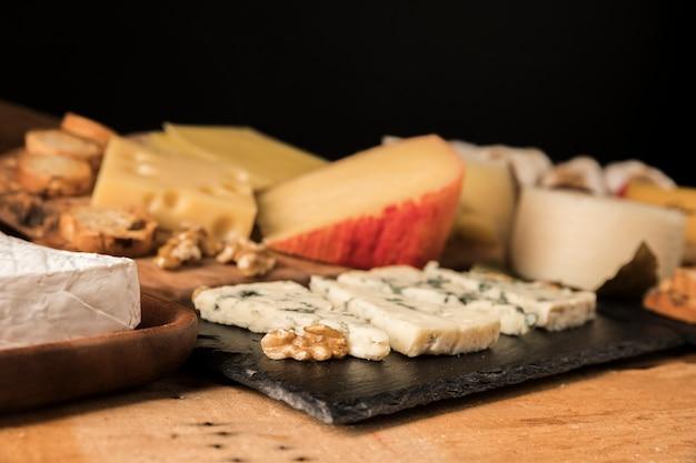 チーズとクルミの木製のテーブルの上のクローズアップ 無料写真