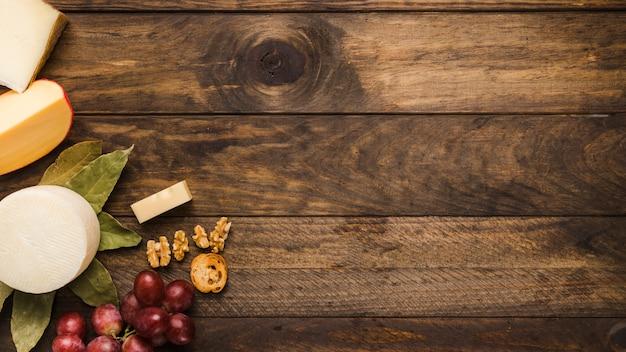 グランジの木製の背景に健康的な朝食食材 無料写真