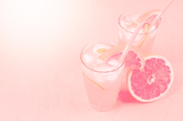 新鮮な夏の健康的なダイエット飲料とグレープフルーツのピンクの背景 無料写真