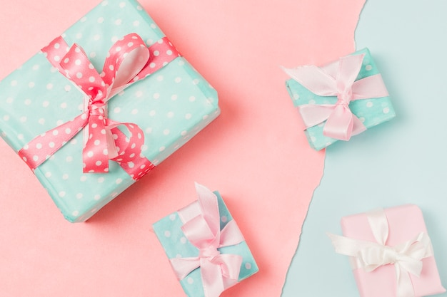 Крупный план подарков разных размеров на двойном фоне Бесплатные Фотографии