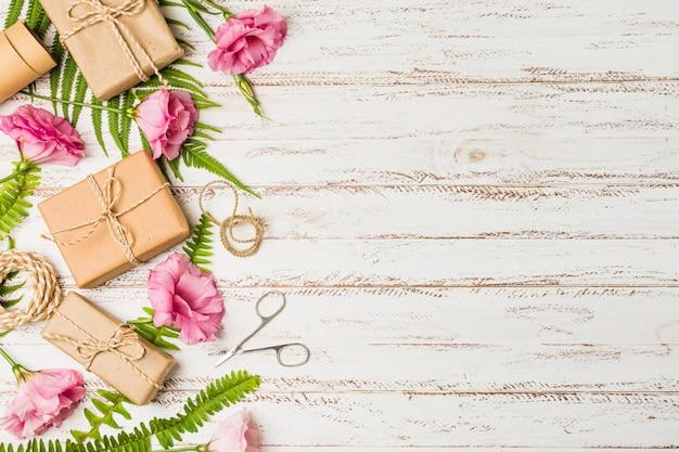 Коричневая подарочная коробка и розовый цветок эустомы на текстурированном фоне Бесплатные Фотографии