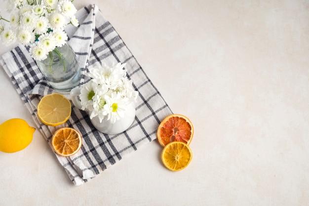 花瓶とナプキンに果物の近くの投手で新鮮な花の束 無料写真