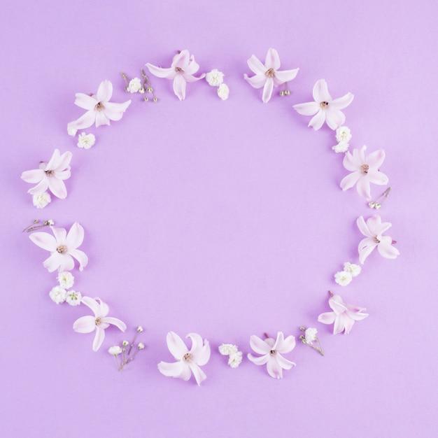 テーブルの上の小さな花のラウンドフレーム 無料写真