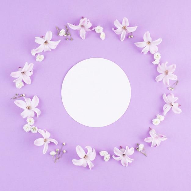 花のフレームに丸い白紙 無料写真