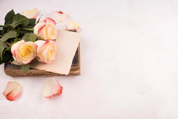 生花とビンテージ本の束 無料写真