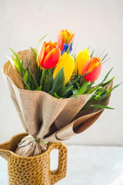水差しのパック紙のチューリップの花の花束 無料写真