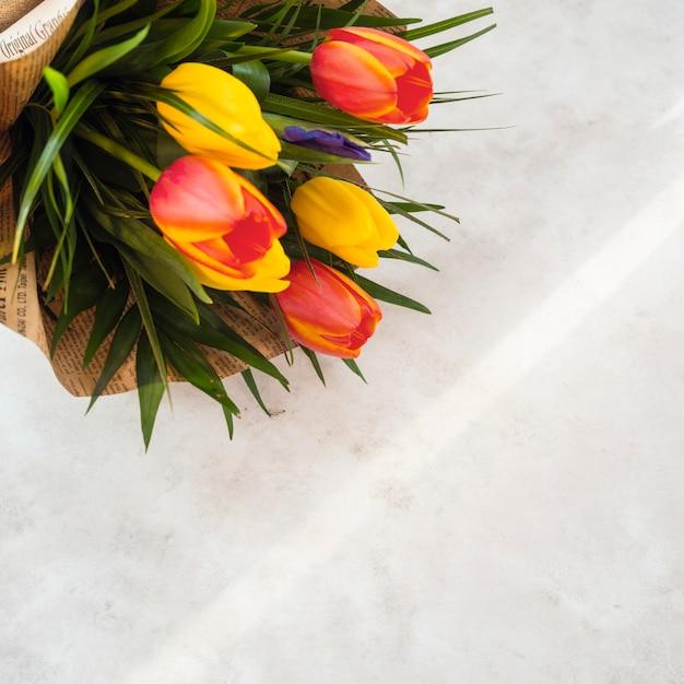 ライトテーブルの上のパック紙のチューリップの花の花束 無料写真