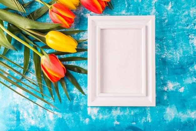 Фоторамка с букетом цветов на синем фоне Бесплатные Фотографии