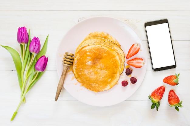 携帯電話でのパンケーキ朝食 無料写真