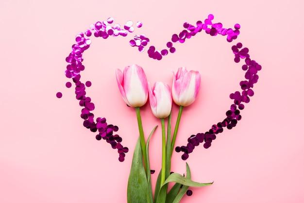 Свежие чудесные цветы в сердце конфетти Бесплатные Фотографии