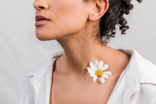 Чувственная женщина с цветком на шее Бесплатные Фотографии