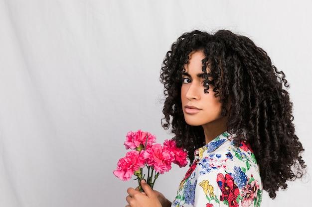 花を持つ魅力的な民族女性 無料写真