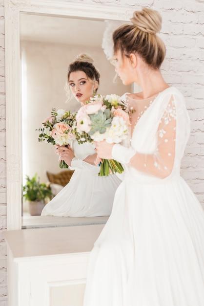 花の花束を持つ花嫁 無料写真