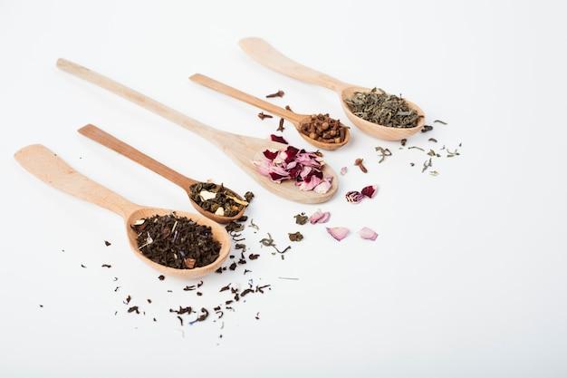 木のスプーンに茶葉 無料写真