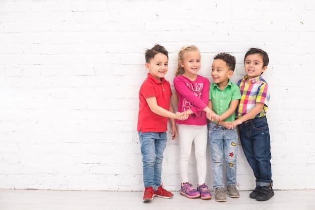子供たちがグループで手を握って 無料写真