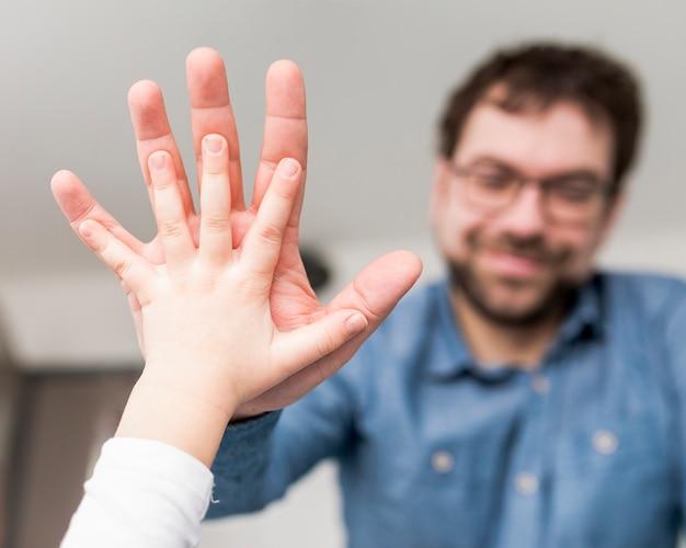 Отец празднует день отцов со своей дочерью Бесплатные Фотографии