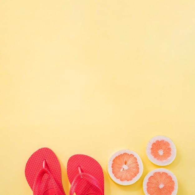 フリップフロップの近くの果物のスライス 無料写真