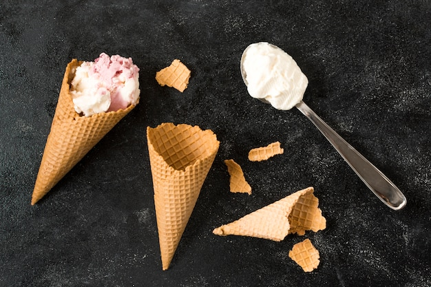 アイスクリームとスプーンの近くのワッフルコーン 無料写真
